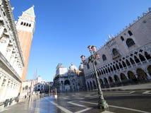 Venedig under högvatten i den St Mark fyrkanten och slott för doge s Arkivbilder