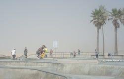 Venedig US-Oktober 5, 2014: skateboarders på en dimmig morgon på royaltyfria foton