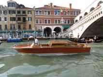 Venedig vattentaxi på bron Arkivbild