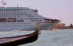 Venedig VE - Italien 14th Juli, 2015: kryssningskepp och gondol in Arkivfoto
