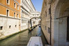 Venedig, Venetien, Italien am 20. Juni 2017 Sehr schmaler Kanal Eine typische Gasse des alten Teils der Insel von Venedig Lizenzfreies Stockbild