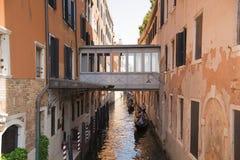 Venedig, Venetien, Italien am 20. Juni 2017 Sehr schmaler Kanal Eine typische Gasse des alten Teils der Insel von Venedig Lizenzfreie Stockfotos