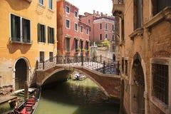 Venedig, Venetien, Italien - 20. Juni 2017 Sehr schmaler Kanal Eine typische Gasse des alten Teils der Insel von Venedig Lizenzfreie Stockbilder