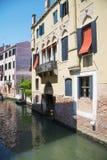 Venedig, Venetien, Italien - 20. Juni 2017 Sehr schmaler Kanal Eine typische Gasse des alten Teils der Insel von Venedig Lizenzfreies Stockbild