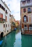 Venedig, Venetien/Italien - März 2018: Bunte Gebäude zeichnen die Wasserstraße in Venedig, Italien Lizenzfreies Stockbild