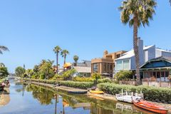 VENEDIG, VEREINIGTE STAATEN - 21. MAI 2015: Häuser auf den Venice Beach-Kanälen in Kalifornien lizenzfreie stockfotografie