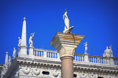 Venedig vita statyer Italien Arkivbilder
