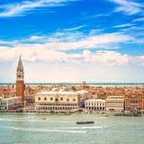 Venedig-Vogelperspektive, Marktplatz San Marco mit Glockenturm und Doge-Palast. Italien Stockbild