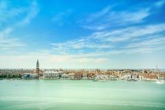 Venedig-Vogelperspektive, Marktplatz San Marco mit Glockenturm und Doge-Palast. Italien Stockbilder