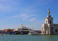 Venedig, Yacht festgemacht bei Punta Dogana Stockbild