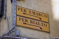 Venedig-Zeichen zu Quadrat Sans Marco und zu Rialto-Brücke Stockfotografie
