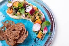 Venegret moderno con i capperi, le patatine fritte del pane, la zucca e la pera Fotografia Stock Libera da Diritti