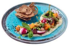 Venegret moderno con i capperi, le patatine fritte del pane, la zucca e la pera Fotografia Stock