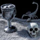 Veneno de Halllween en una cáliz del ` s de la bruja imagen de archivo