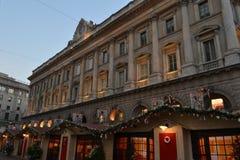 Veneranda fabbricadel Duomo di Milano och träkiosk av julen marknadsför på duomoen tidigt på morgonen royaltyfri fotografi