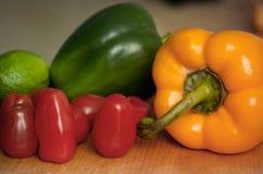 Venetables frais sur une table de cuisine : Photo stock
