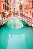 Venetië, Brug op waterkanaal. Lange blootstellingsfoto Royalty-vrije Stock Foto