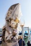 2017 Venetië Carnaval, Italië Mens in dubbel masker en gedetailleerd hoofddeksel Stock Foto's