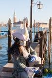 2017 Venetië Carnaval, Italië Mens in historisch kostuum met zwaanhoofddeksel Stock Foto