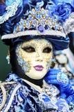Venetië Carnaval 2017 Venetiaans Carnaval kostuum Het Venetiaanse Masker van Carnaval Venetië, Italië Venetiaans blauw Carnaval-k Stock Foto's
