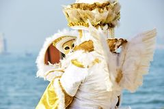 Venetië Carnaval 2017 Venetiaans Carnaval kostuum Het Venetiaanse Masker van Carnaval Venetië, Italië Venetiaans gouden Carnaval- Stock Afbeeldingen