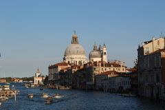 Venetië chanels met boten en Basiliekdi Santa Maria della Salute royalty-vrije stock afbeelding