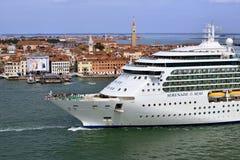 Venetië, cruiseschip Stock Afbeeldingen