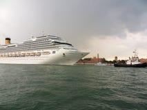 Venetië - Cruiseschip het slepen royalty-vrije stock afbeeldingen