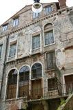 Venetië, de oude geruïneerde bouw stock afbeeldingen