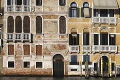 Venetië, detail van een voorgevel die Grand Canal onder ogen zien Stock Fotografie