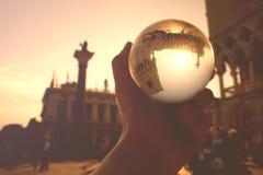 Venetië in een magische glasbal stock fotografie