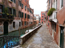 Venetië - een mening van een klein kanaal met boten en de straat Stock Fotografie