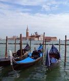 Venetië - een mening van gondels en St Giorgio Maggiore Island Royalty-vrije Stock Foto's