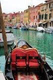 Venetië: Gondels die op een romantische rit wachten Stock Foto