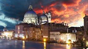 Venetië - Grand Canal en Basiliek Santa Maria della Salute, Tijdtijdspanne stock videobeelden