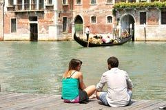 Venetië Grand Canal met toeristen en gondel, Italië Stock Fotografie