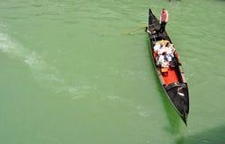 Venetië Grand Canal met toeristen en gondel, Italië Royalty-vrije Stock Afbeeldingen