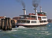 Venetië, het vertrek van de waterbus Stock Afbeeldingen