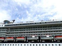 """VENETIË, ITALIË â€ """"11 Juni, 2016: Cruiseschip die door met peo overgaan Royalty-vrije Stock Foto's"""