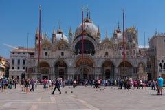 """VENETIË, ITALIË Â€ """"23 MEI, 2017: Piazza San Marco met de Basiliek van het Teken van Heilige, de klokketoren van St Teken` s Camp Stock Afbeeldingen"""