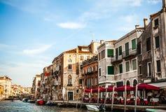 VENETIË, ITALIË - AUGUSTUS 20, 2016: Beroemde architecturale monumenten en kleurrijke voorgevels van oud middeleeuws gebouwenclos Royalty-vrije Stock Afbeeldingen