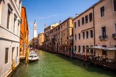 VENETIË, ITALIË - AUGUSTUS 20, 2016: Beroemde architecturale monumenten en kleurrijke voorgevels van oud middeleeuws gebouwenclos Stock Afbeelding