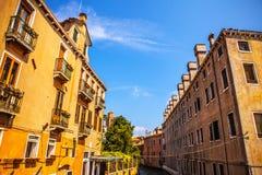 VENETIË, ITALIË - AUGUSTUS 20, 2016: Beroemde architecturale monumenten en kleurrijke voorgevels van oud middeleeuws gebouwenclos Stock Afbeeldingen