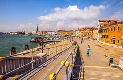 VENETIË, ITALIË - AUGUSTUS 20, 2016: Beroemde architecturale monumenten en kleurrijke voorgevels van oud middeleeuws gebouwenclos Royalty-vrije Stock Foto's