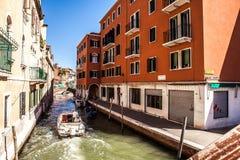 VENETIË, ITALIË - AUGUSTUS 20, 2016: Beroemde architecturale monumenten en kleurrijke voorgevels van oud middeleeuws gebouwenclos Stock Foto's
