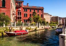 VENETIË, ITALIË - AUGUSTUS 20, 2016: Beroemde architecturale monumenten en kleurrijke voorgevels van oud middeleeuws gebouwenclos Stock Foto