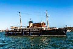 VENETIË, ITALIË - AUGUSTUS 17, 2016: Bootbewegingen op de Venetiaanse kanalen op 17 Augustus, 2016 in Venetië, Italië Royalty-vrije Stock Afbeeldingen