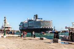 VENETIË, ITALIË - AUGUSTUS 17, 2016: Cruiseschip in Grand Canal op 17 Augustus, 2016 in Venetië, Italië Stock Foto