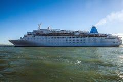 VENETIË, ITALIË - AUGUSTUS 17, 2016: Cruiseschip in Grand Canal op 17 Augustus, 2016 in Venetië, Italië Stock Afbeelding