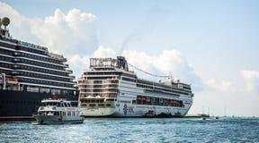 VENETIË, ITALIË - AUGUSTUS 17, 2016: Cruiseschip in Grand Canal op 17 Augustus, 2016 in Venetië, Italië Stock Fotografie